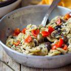 Orecchiette con crema di hummus alle olive e mandorle