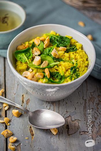 Riso freddo morbido con hummus al curry e spinacini