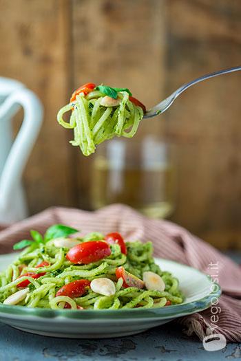 Spaghetti di daikon con pesto di basilico alle mandorle
