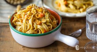 Tagliatelle con crema di hummus alle erbe, zucca e carote