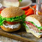 Burger vegani senza cottura di fagioli rossi e tofu affumicato