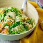 Caesar salad vegan con cubetti di tempeh e crostini di pane