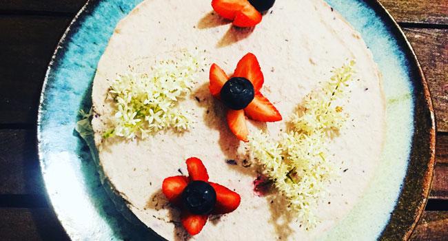torta fredda vegana con fragole e mirtilli