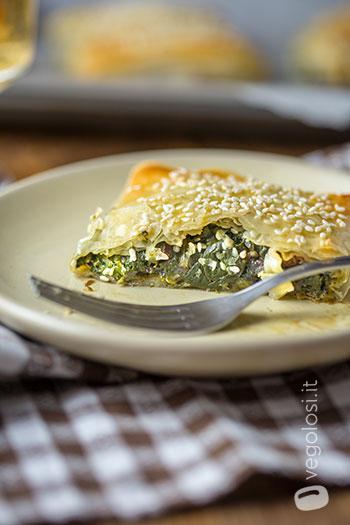 Fagottini di pasta fillo con spinaci, uvetta e sesamo
