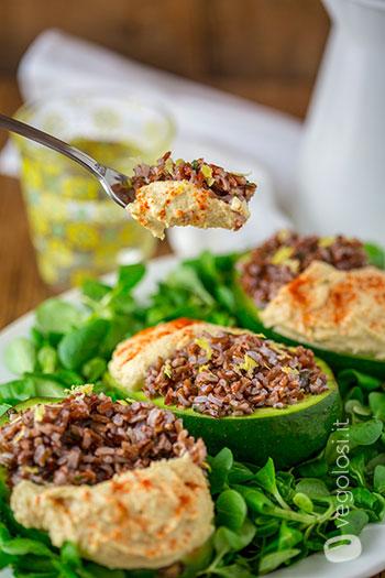 Avocado ripieno di riso rosso al basilico e hummus