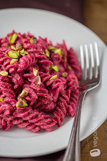 Pasta con pesto di barbabietole e pistacchi