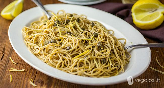 Spaghetti alle alghe, capperi e limone