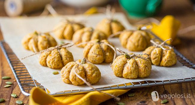 Biscotti a forma di zucca vegani