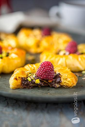 Dischi di pasta fillo al cioccolato, lamponi e pistacchi