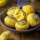 Muffin salati vegan alle cipolle rosse, senape e sesamo