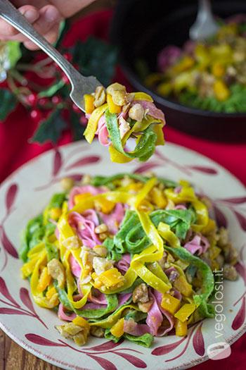 Tagliatelle tricolore con ragù di ceci, porcini e zucca
