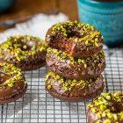 Donut vegani al forno al cioccolato e pistacchi