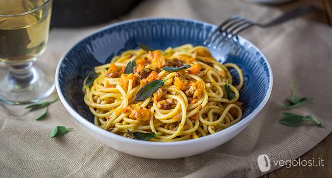 Spaghetti con ragù di zucca, noci e salvia fritta