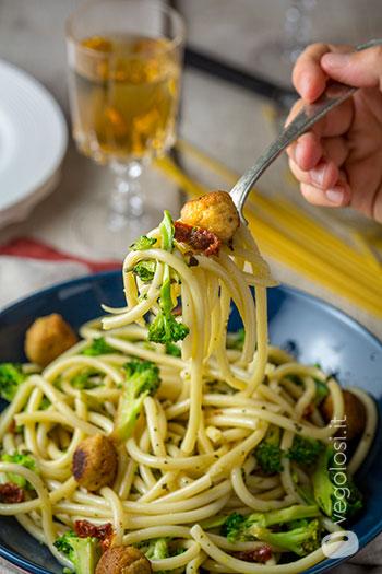 Bucatini con polpette vegane di soia e broccoli