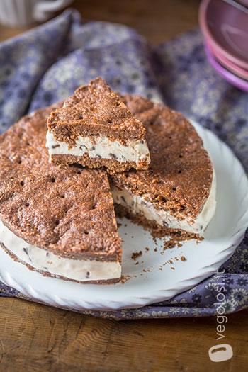 Torta gelato vegan con frolla al cacao