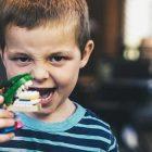 Bambini vegani assaggiano carne