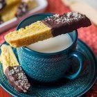 Biscotti lunghi allo zafferano e cioccolato fondente