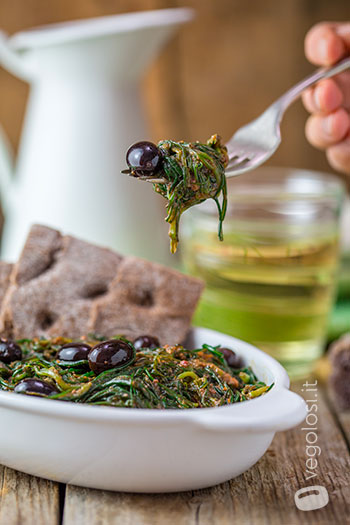 Insalata calda di agretti, olive nere e pesto di pomodori secchi