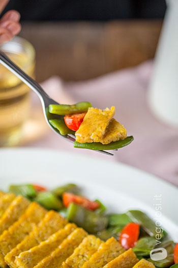 Chips di tempeh con taccole e vinaigrette al miso e limone
