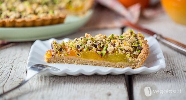 Crostata vegan alle albicocche con crumble ai pistacchi