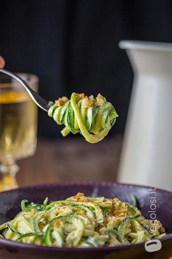Spaghetti di zucchine crudisti al curry