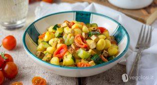 Gnocchetti vegan con zucchine, pomodorini e tofu affumicato