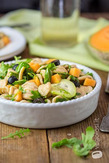 Insalata fredda di orecchiette al melone cetrioli rucola e olive