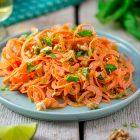 Spaghetti di carote con crema di arachidi al limone e zenzero