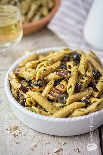 Pasta fredda con melanzane olive e pesto