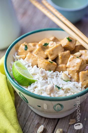 tofu con arachidi e riso al cocco