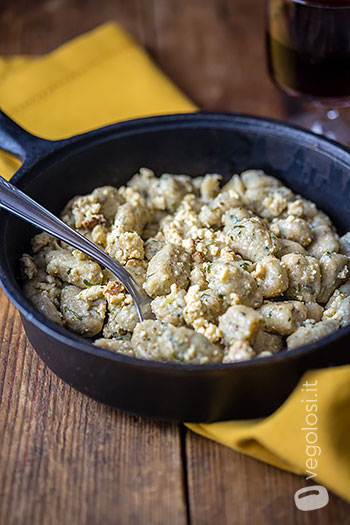 Gnocchi di farina di farro e patate al prezzemolo con sugo di tofu affumicato