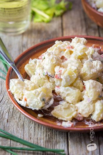 Insalata cremosa di patate e verdure