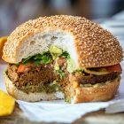 Maxi Hamburger vegani di ceci neri, noci e cipolle caramellate
