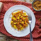 Fusilli di lenticchie rosse con cavolfiore alla curcuma