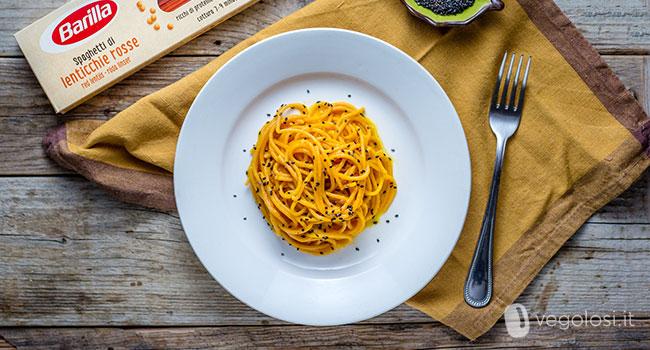 Spaghetti di lenticchie rosse con crema di carote e zucca
