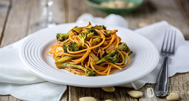 Spaghetti di lenticchie rosse conbroccoli alla soia e mandorle