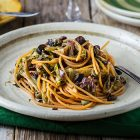 Spaghetti di lenticchie rosse con scarola e capperi