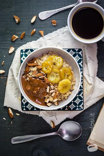 Porridge con banane caramellate e mandorle - Video ricetta