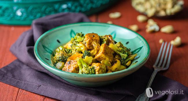 Spezzatino di tempeh con broccoli e anacardi