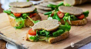 Affettato vegan di cannellini alle olive e senape