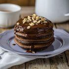 Pancake vegan al cacao e nocciole con salsa al cioccolato