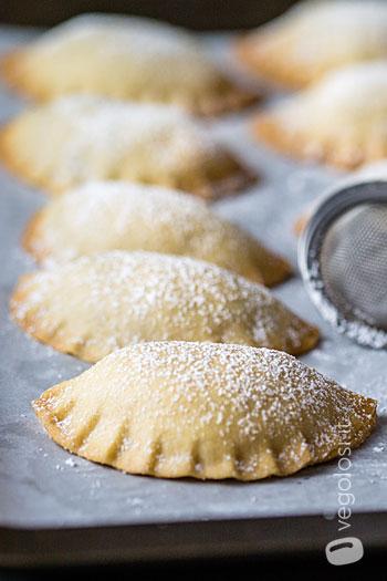 Ravioli dolci di pasta frolla ripieni di ricotta di mandorle e gocce di cioccolato