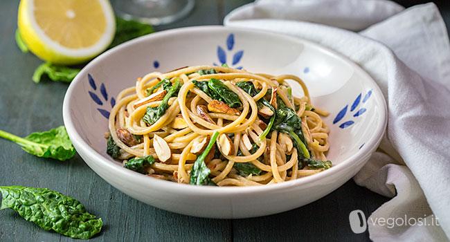 Spaghetti agli spinaci e limone con mandorle