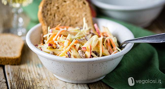 Coleslaw vegan alle carote, mele e uvetta