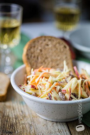 Salada de repolho vegan com cenoura, maçã e passas