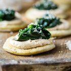 Mini blinis uovo lino formaggio anacardi spinacini