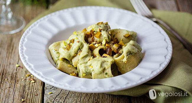 Paccheri con crema di carciofi, seitan croccante e pistacchi