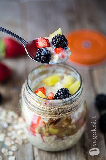 Mingau vegano durante a noite com frutas frescas e creme de avelã 7