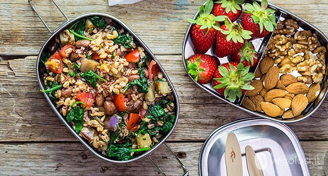 Caixa de bento vegana com salada de cereais, beringelas e borlotti 19
