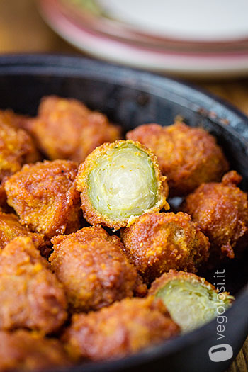 Cavolini di Bruxelles impanati al forno con salsa barbecue vegan